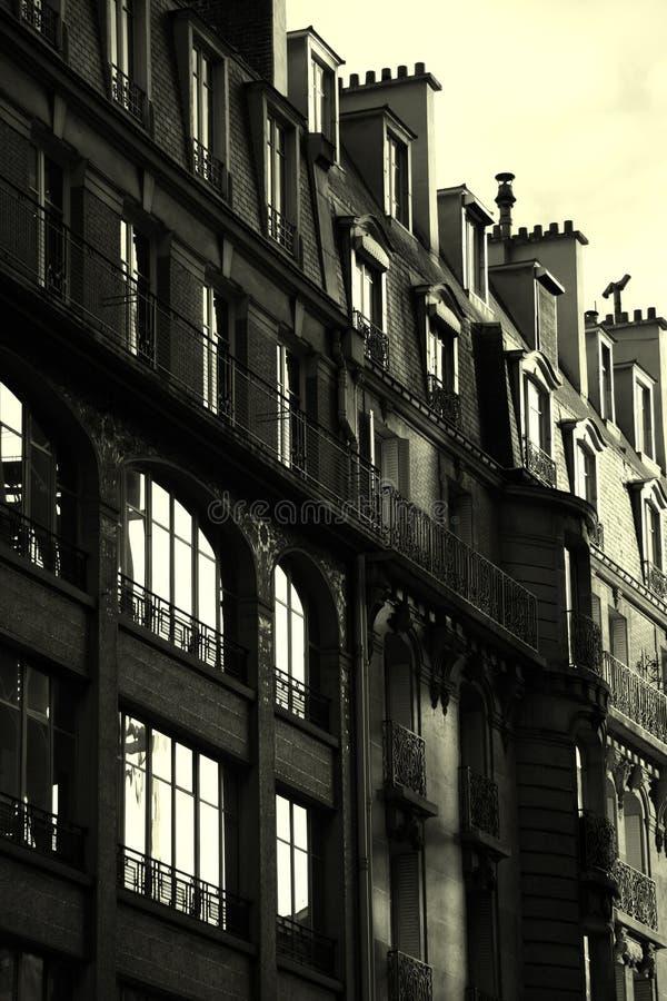 Costruzione francese in bianco e nero - aumentare del sole fotografia stock libera da diritti