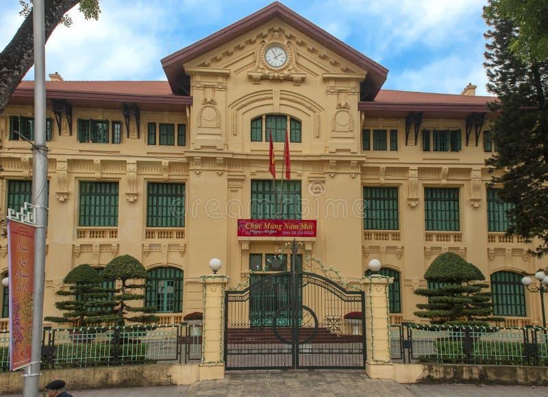 Costruzione gialla di governo con il segno di celebrazione di Tet, Hanoi, Vietnam fotografie stock libere da diritti