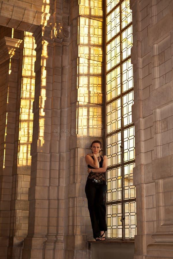 Costruzione gotica della finestra macchiata donna fotografia stock