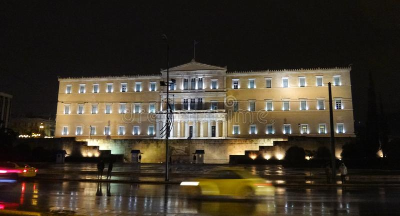 Costruzione greca del Parlamento nella notte di NY immagine stock