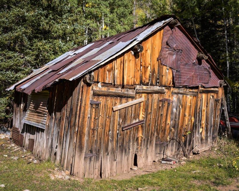 Costruzione incorniciata di legno pendente nelle montagne con un tetto del metallo fotografie stock libere da diritti