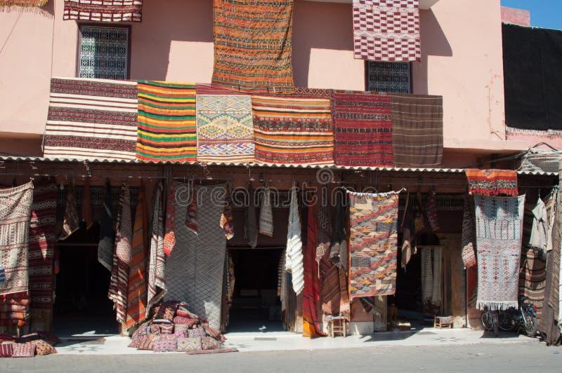 Costruzione marocchina con le moquette di Berber fotografie stock libere da diritti