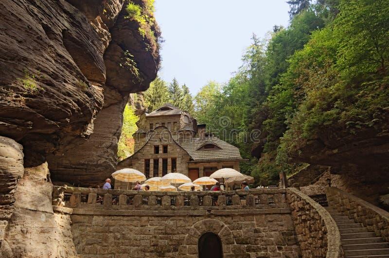Costruzione medievale fra le rocce nel parco nazionale della Boemia della Svizzera della foresta fotografia stock