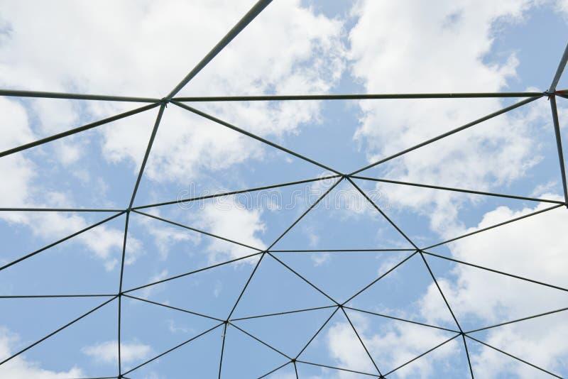 Costruzione metallica contro il cielo blu fotografie stock libere da diritti