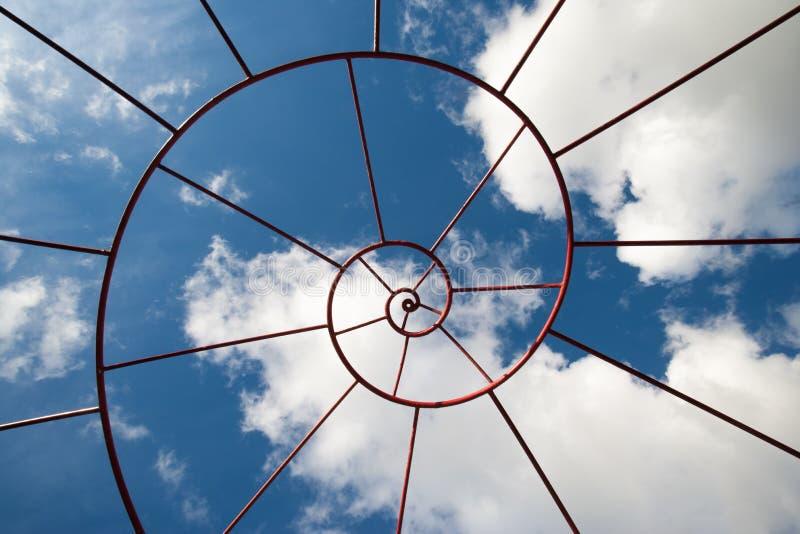 Costruzione metallica di Fibonacci con il cielo nei precedenti immagini stock