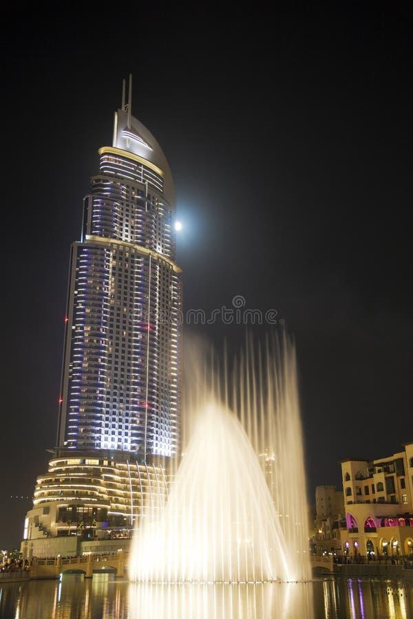 Costruzione moderna alla notte, Doubai, UAE fotografie stock libere da diritti