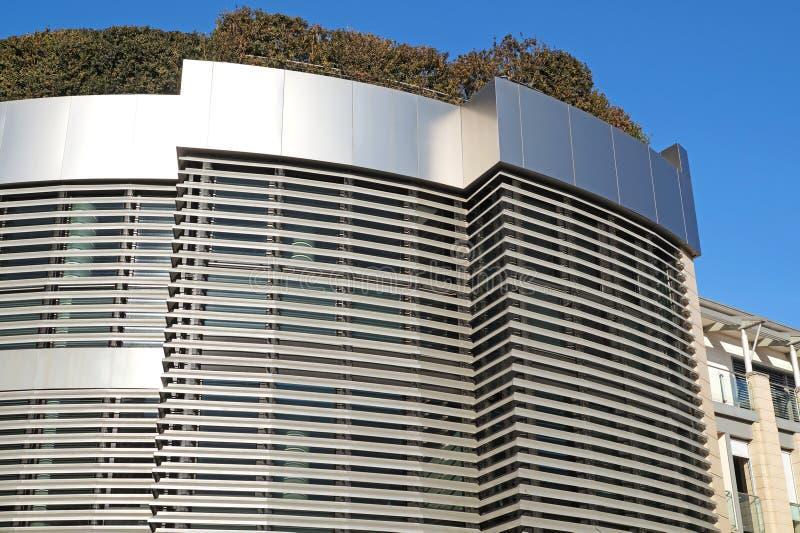 Costruzione moderna con il giardino del tetto Disegno di ecologia fotografie stock