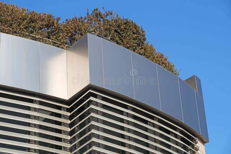 Costruzione moderna con il giardino del tetto Disegno di ecologia fotografie stock libere da diritti