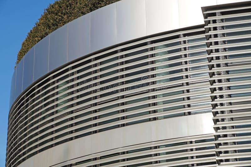 Costruzione moderna con il giardino del tetto Disegno di ecologia immagine stock