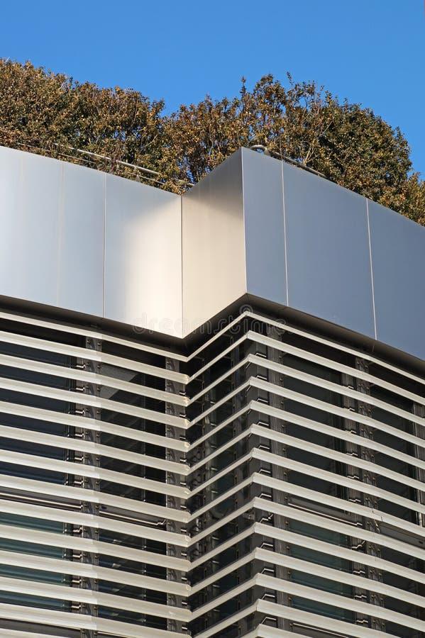 Costruzione moderna con il giardino del tetto Disegno di ecologia fotografia stock