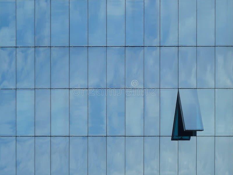 Costruzione moderna con le riflessioni dal cielo e dalla finestra aperta immagine stock libera da diritti