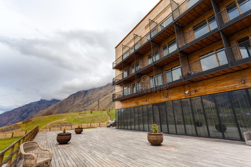 Costruzione moderna con le viste panoramiche del supporto Kazbegi e della chiesa di trinità di Gergeti fotografia stock libera da diritti