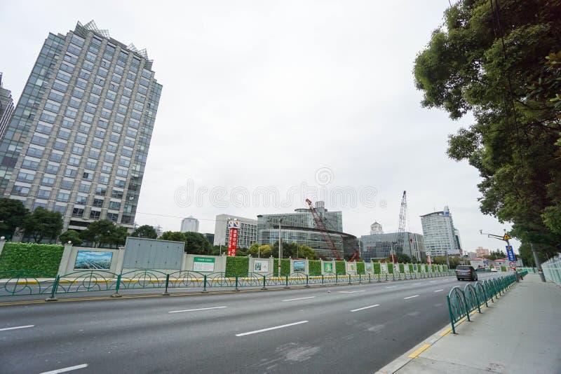 Costruzione moderna in costruzione lungo Shanghai contenuto bordo della strada fotografie stock libere da diritti