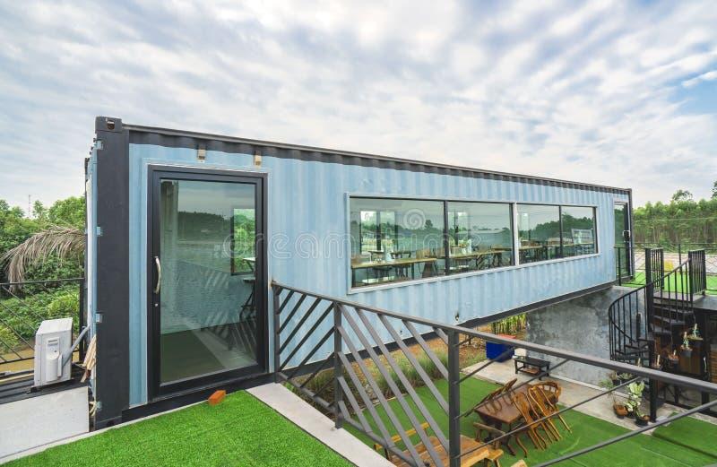 Costruzione moderna del metallo fatta dai container e dal fondo del cielo blu fotografia stock