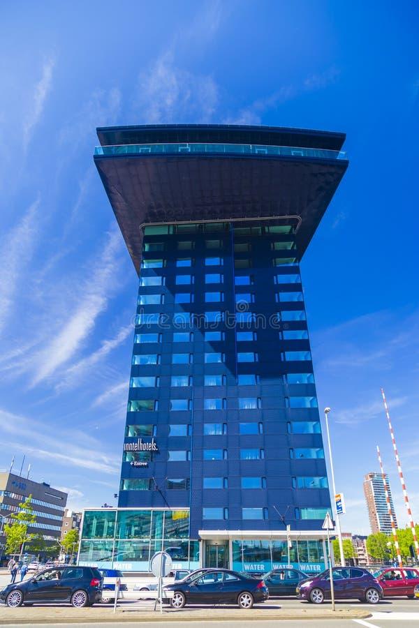 Costruzione moderna di Innhotel nel centro urbano di Rotterdam durante il chiaro giorno, immagine stock libera da diritti
