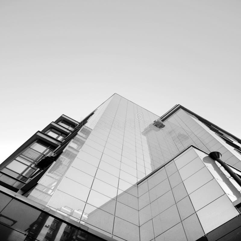Costruzione moderna sotto il cielo blu fotografie stock