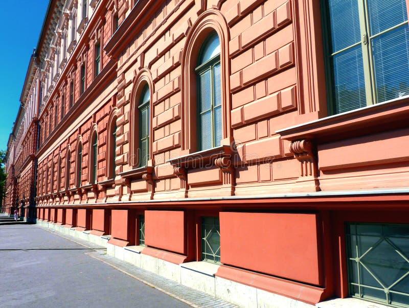 Costruzione multipiana dell'ospedale della costruzione di colore dell'argilla rossa di stile di Neo-rinascita immagine stock