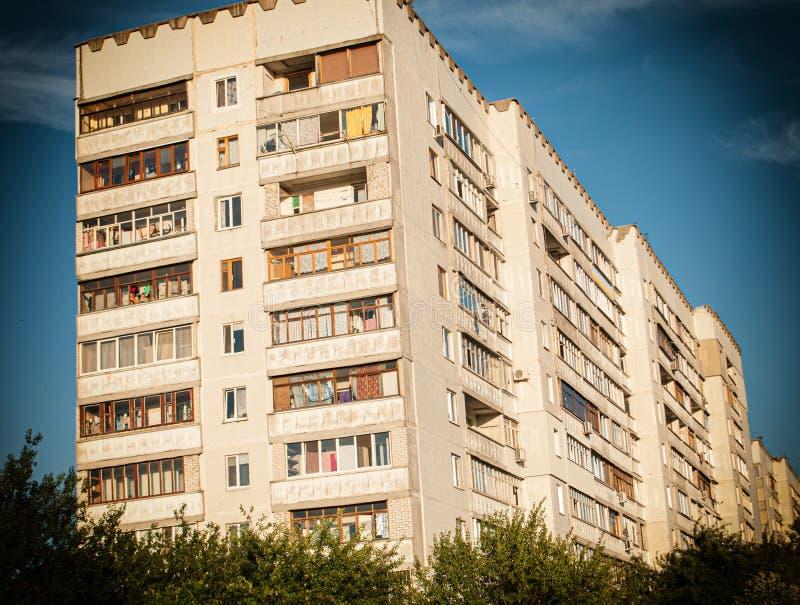 Costruzione multipiana, edificio residenziale moderno con i balconi e finestre immagini stock libere da diritti