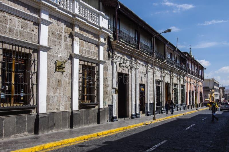 Costruzione nell'architettura coloniale tipica nella via di Arequ immagine stock