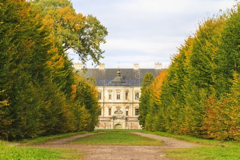 Costruzione principesca antica circondata dagli alberi di autunno immagini stock libere da diritti
