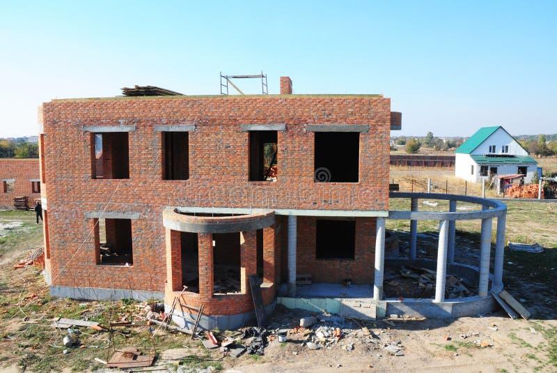 Costruzione residenziale di costruzione della casa con mattoni a vista con la struttura del calcestruzzo e della colonna per il c fotografia stock libera da diritti