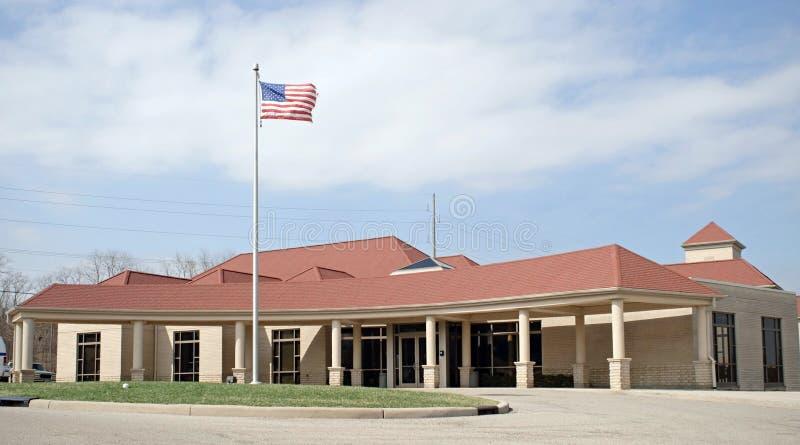 Costruzione rossa del tetto con la bandierina fotografia stock libera da diritti