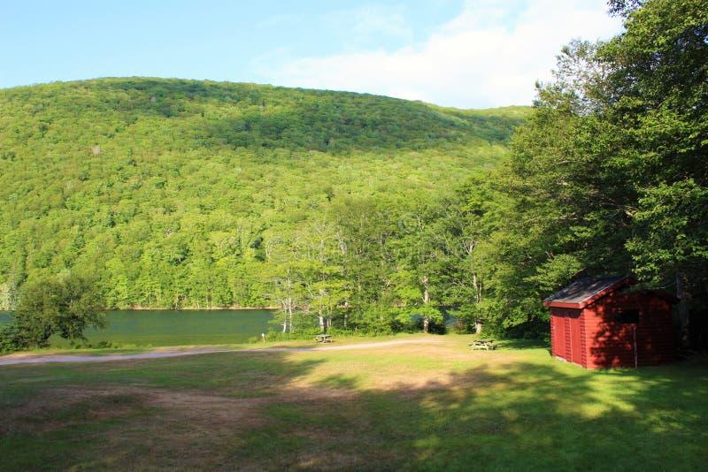 Costruzione rossa sulle banche di legge del ` del lago O sull'isola del Capo Bretone, su Nova Scotia, su un campeggio popolare e  immagine stock