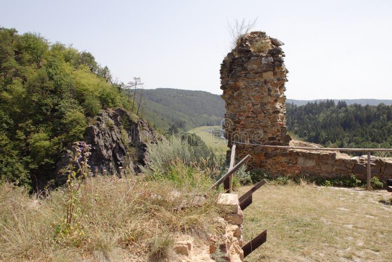 Costruzione rotta abbandonata sulla collina della foresta immagini stock