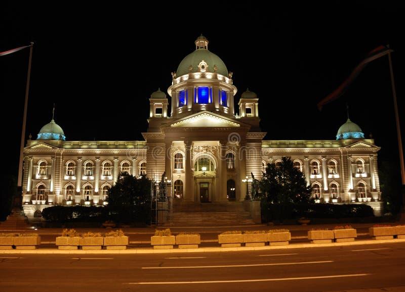 Costruzione serba del Parlamento - scena di notte immagine stock