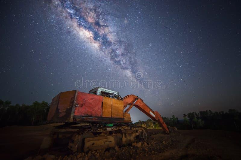 Costruzione sotto la galassia milkyway fotografia stock libera da diritti