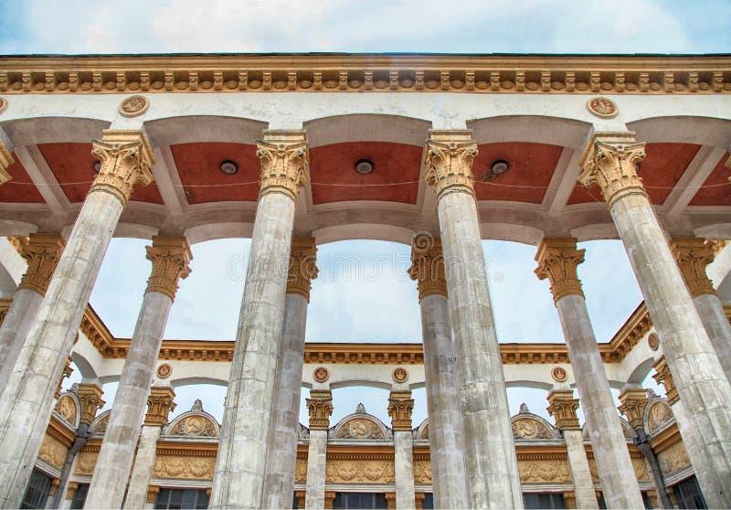 Costruzione storica con la colonna ed il bassorilievo dell'era sovietica fotografia stock