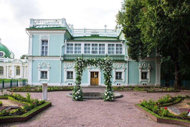 Costruzione storica dell'insieme del parco ed architettonico nella proprietà terriera di Kuskovo il giorno di estate Mosca Russia fotografie stock libere da diritti
