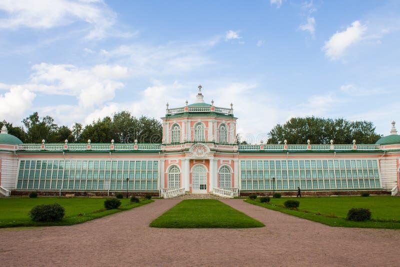 Costruzione storica dell'insieme del parco ed architettonico nella proprietà terriera di Kuskovo il giorno di estate Mosca Russia fotografie stock