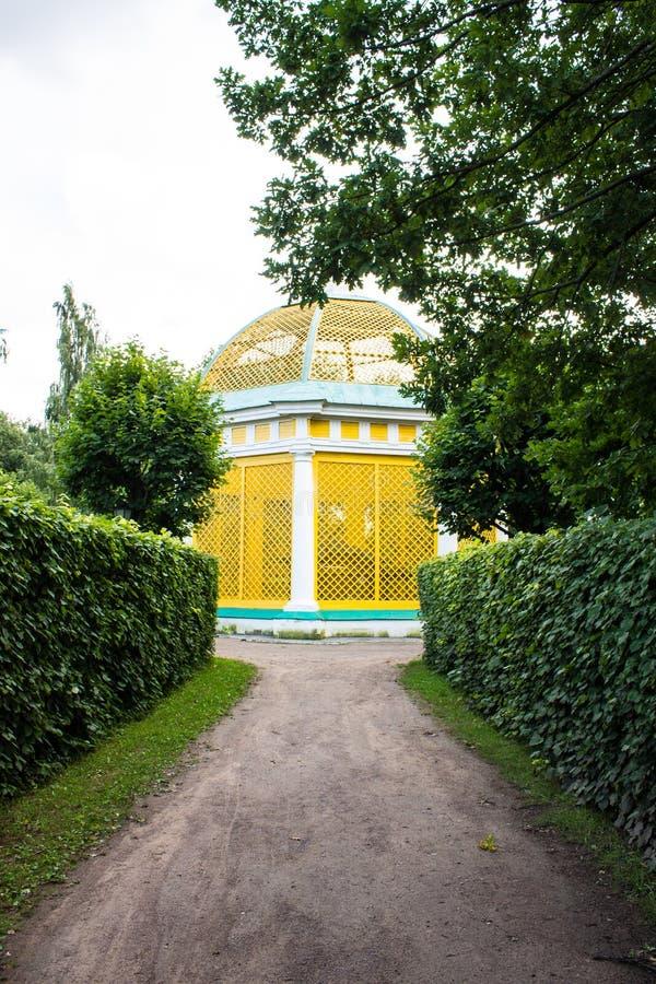 Costruzione storica dell'insieme del parco ed architettonico nella proprietà terriera di Kuskovo il giorno di estate Mosca Russia immagini stock libere da diritti