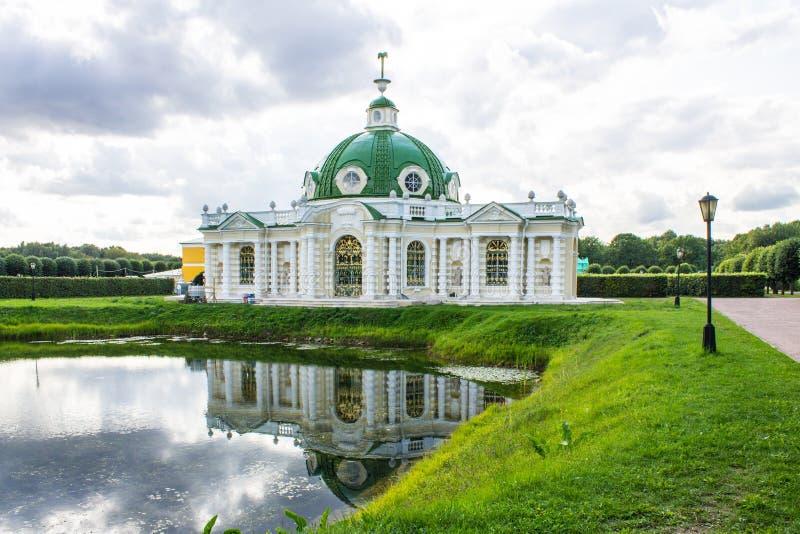 Costruzione storica dell'insieme del parco ed architettonico nella proprietà terriera di Kuskovo il giorno di estate Mosca Russia immagine stock
