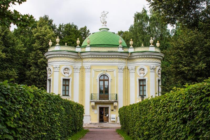 Costruzione storica dell'insieme del parco ed architettonico nella proprietà terriera di Kuskovo il giorno di estate Mosca Russia immagini stock