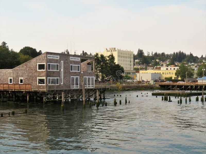 Costruzione sulla parte anteriore dell'acqua di Astoria, Oregon fotografie stock libere da diritti