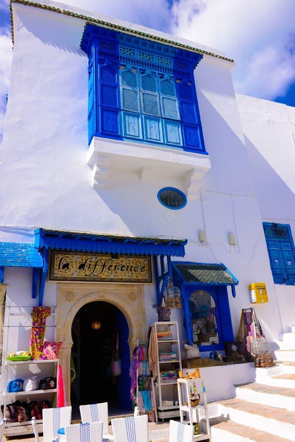 Costruzione tradizionale bianca e blu della Tunisia, negozio di regalo, architettura araba fotografia stock