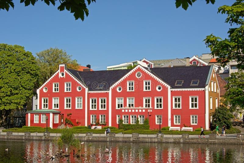 Costruzione tradizionale lungo il lago Breiavatnet, Stavanger fotografie stock libere da diritti