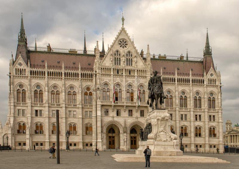 Costruzione ungherese del Parlamento da South End del quadrato di Kossuth, Budapest, Ungheria fotografie stock libere da diritti