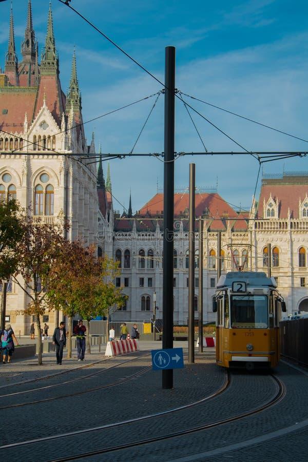 Costruzione ungherese del Parlamento dalla fermata del tram fotografie stock libere da diritti