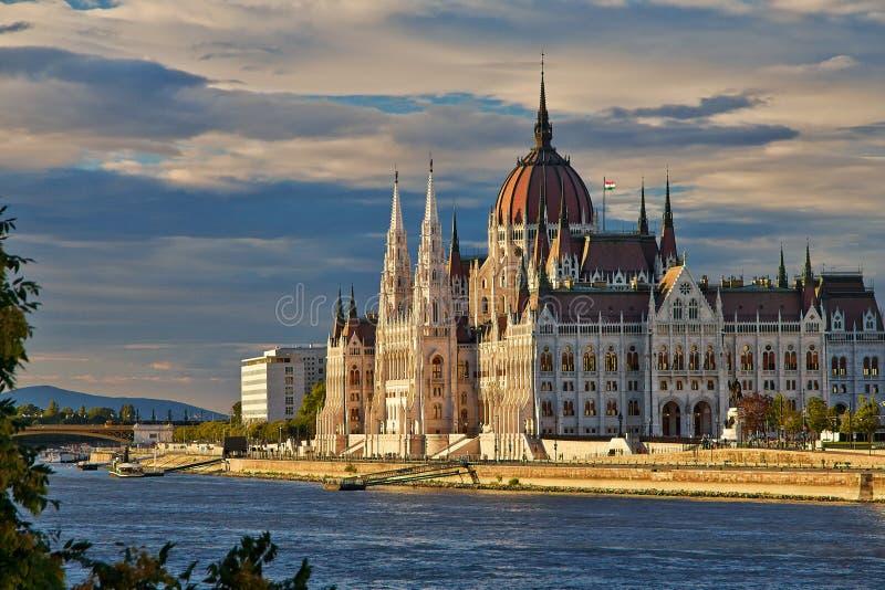 Costruzione ungherese del Parlamento di Budapest sul Danubio immagine stock
