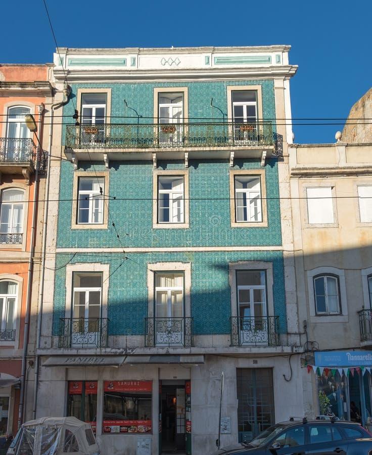 costruzione verde tipica a Lisbona, Portogallo fotografia stock