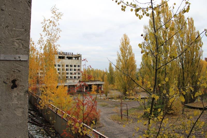 Costruzione vicino rovinata ed abbandonata nella città di Pripyat, città apocalittica al colpo della centrale elettrica di Cernob immagini stock