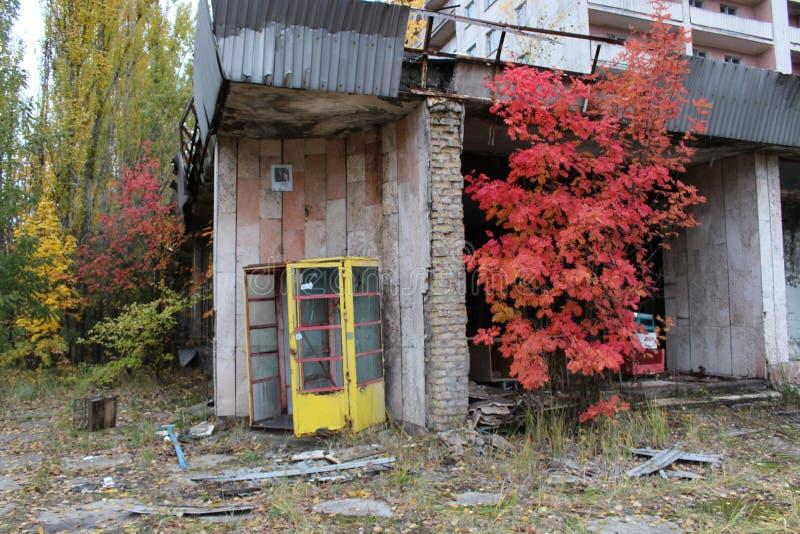 Costruzione vicino rovinata ed abbandonata nella città di Pripyat, città apocalittica al colpo della centrale elettrica di Cernob immagini stock libere da diritti