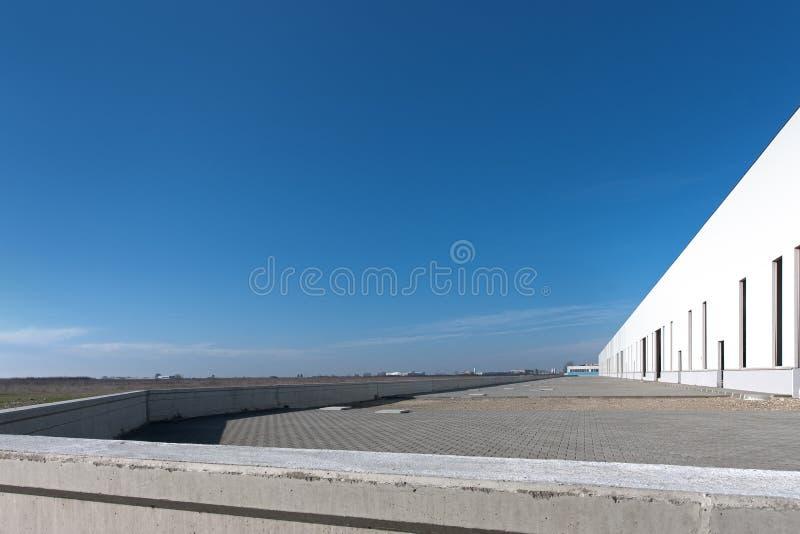 Costruzione vuota con il cielo blu fotografia stock
