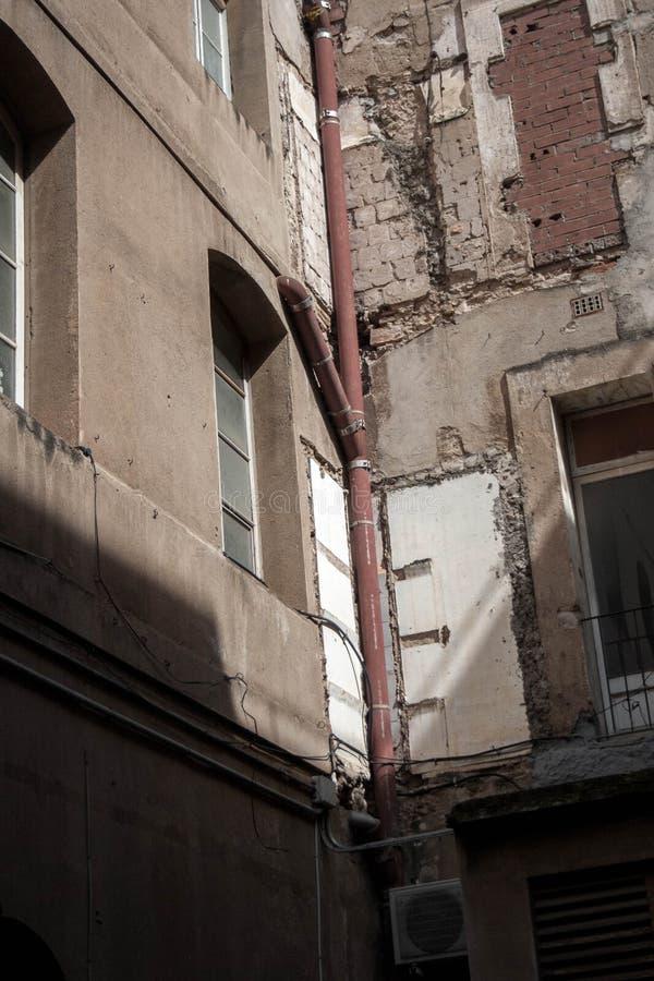 costruzioni abbandonate nella città immagine stock