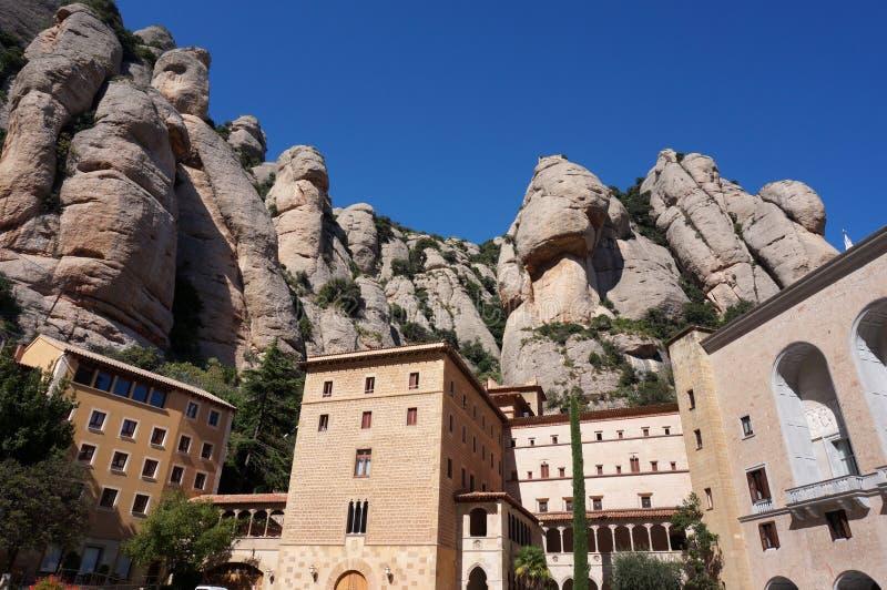 Costruzioni abbastanza religiose in Montserrat Mountains fotografia stock libera da diritti
