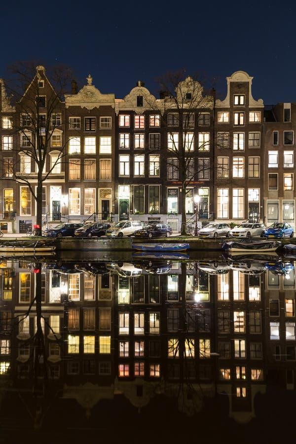 Costruzioni a Amsterdam alla notte fotografia stock