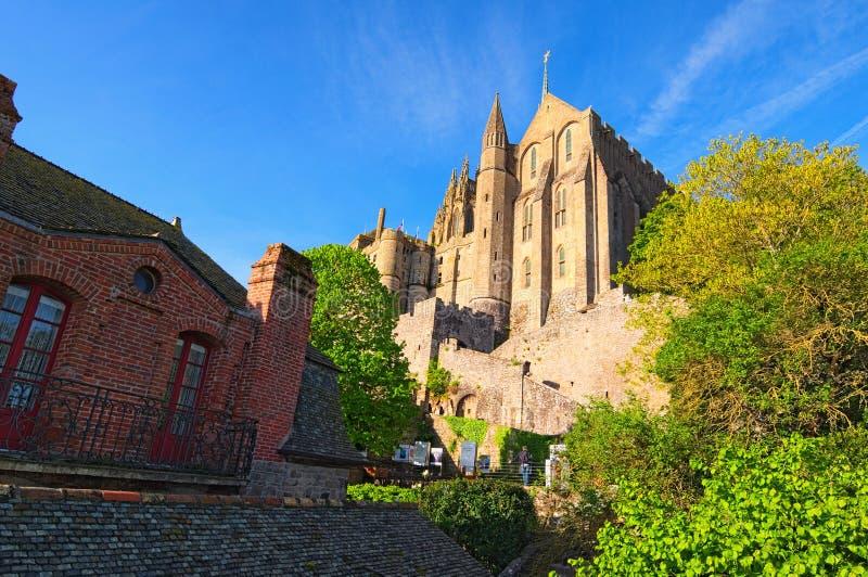 Costruzioni antiche di vecchia città sull'isola famosa di Mont Saint Michel Vista di mattina della primavera La Normandia, Franci fotografia stock libera da diritti